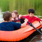 Kinderen spelen in een bootje op het water