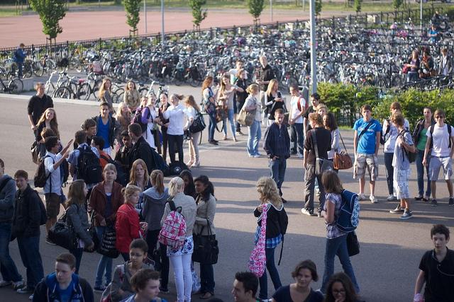Kinderen buiten op het schoolplein