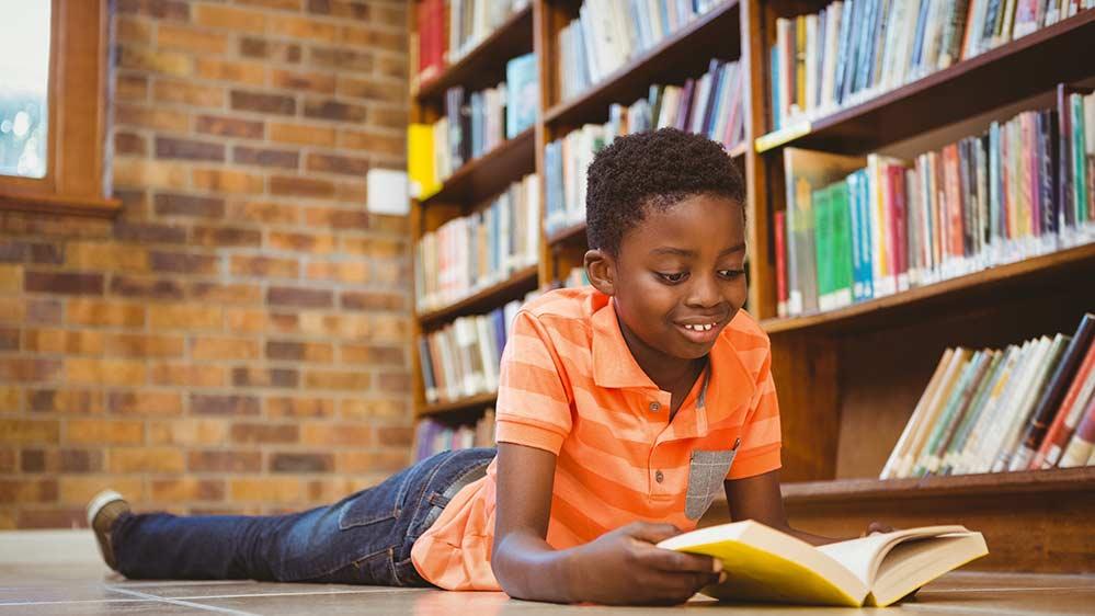 Jongen leest boeken