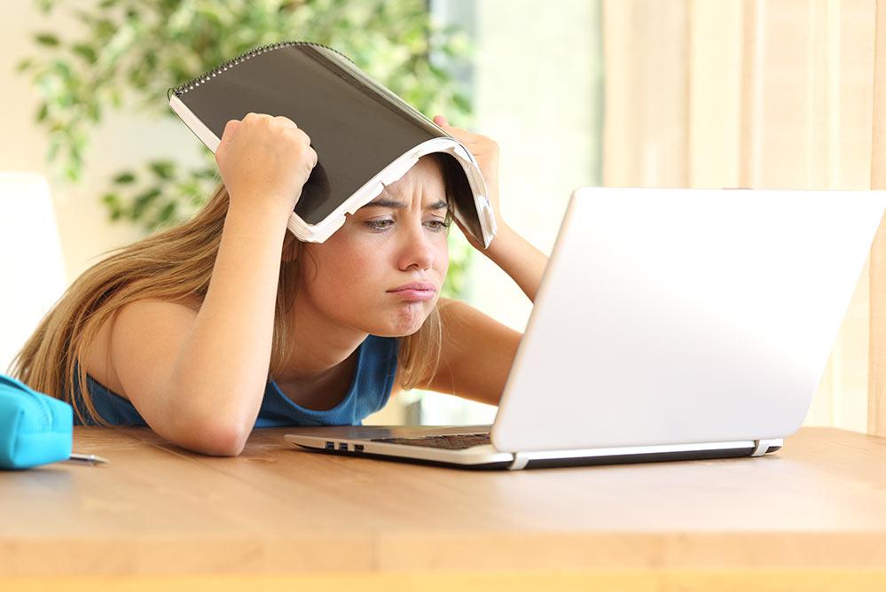 Student heeft moeite met afstandsonderwijs