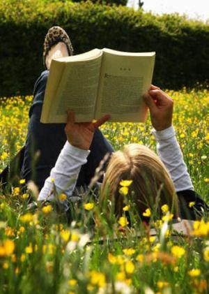 Jongeren met boeken: zijn ze ver te zoeken?