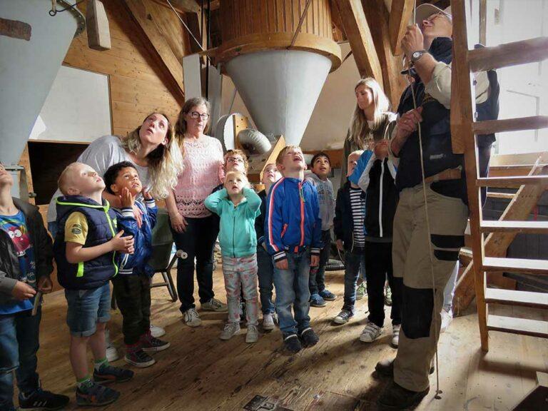 Kosteloos busvervoer voor een bezoek aan de molen met de hele klas
