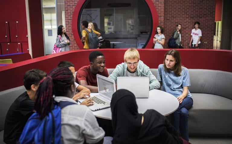 Werken met devices: wat vinden leraren en leerlingen?