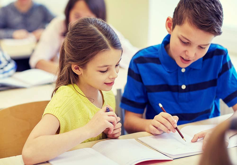 Kinderen helpen elkaar in de klas