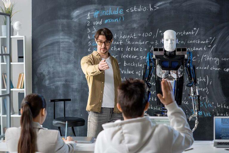 Hoeveel robots staan er in 2035 voor de klas?