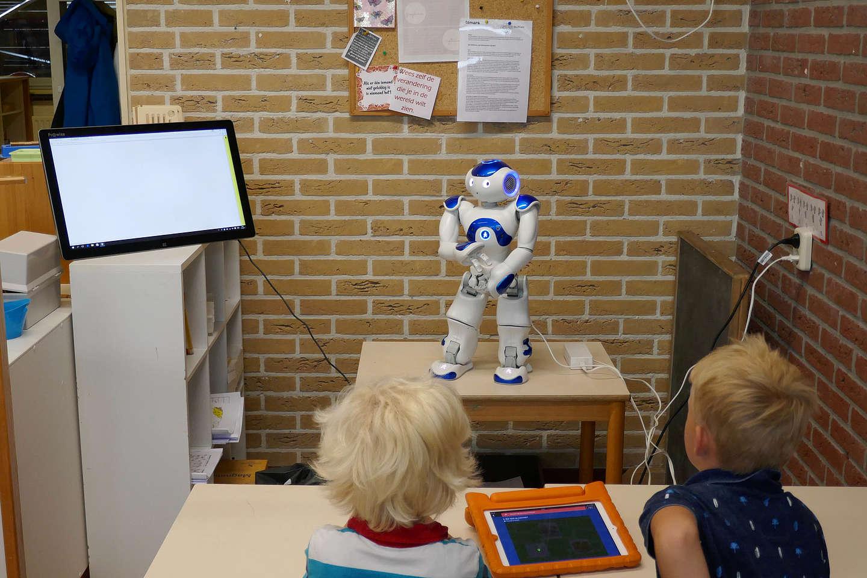 Robot Tobor staat op deze basisschool voor de klas