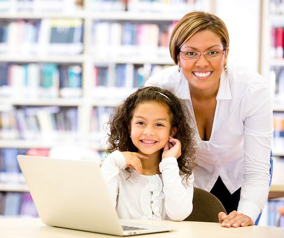 blije leerling met docent