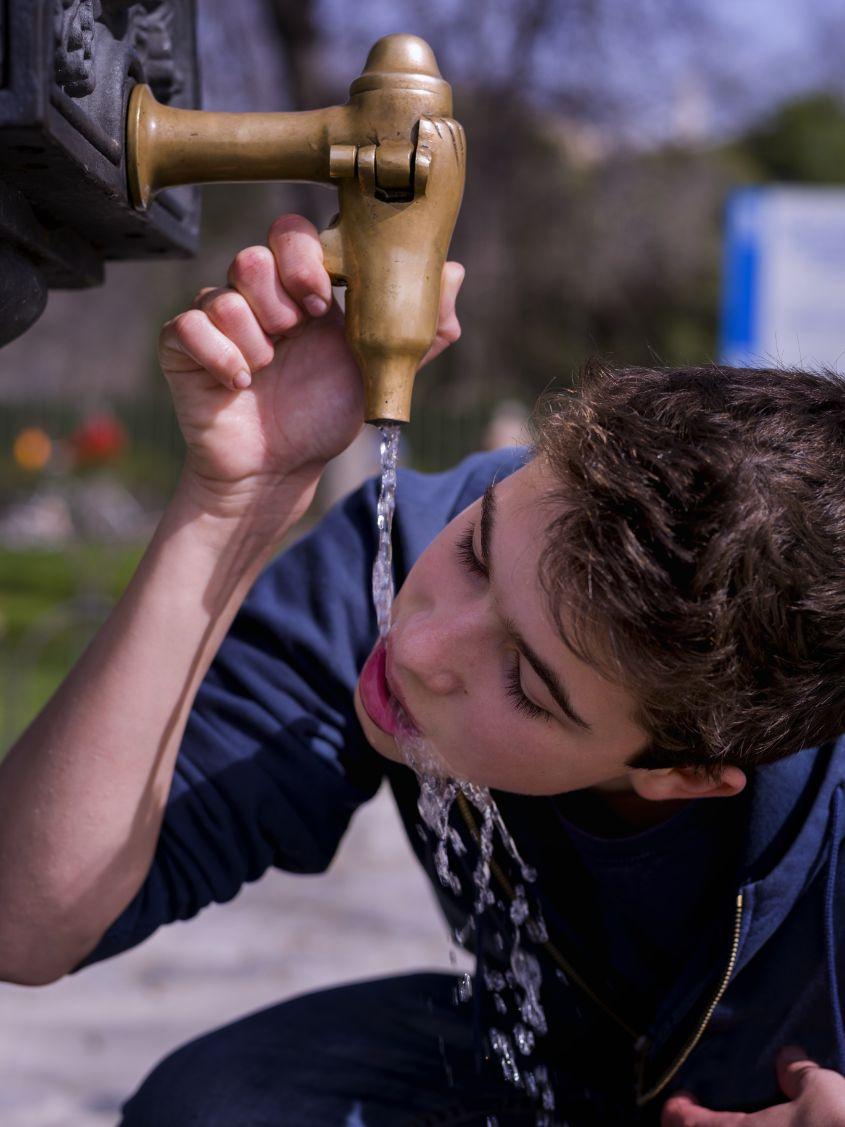 Jongen drinkt water Engels actueel Malmberg All Right