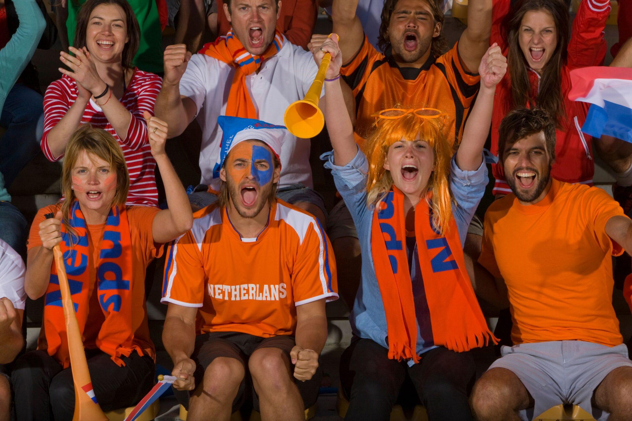 Voetbal supporters oranje kleding Nederlands actueel Malmberg